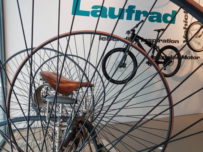 alte Fahrräder in der Sonderausstellung BIKE IT im Universum Bremen