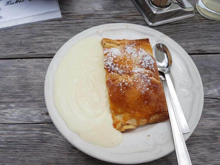 Apfelstrudel mit Vanillesauce beim Hiaslbauern in Videgg