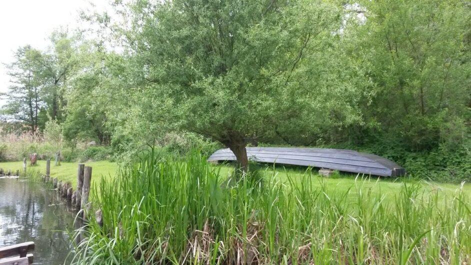 Umgedrehter Kahn am Wegesrand bei der Kahnfahrt in Schlepzig im Spreewald