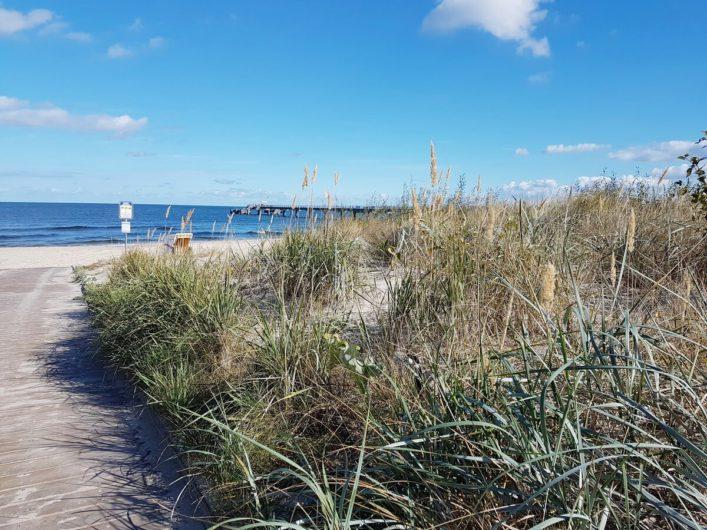 Blick über die Düne auf den Strand im Seebad Bansin auf Usedom