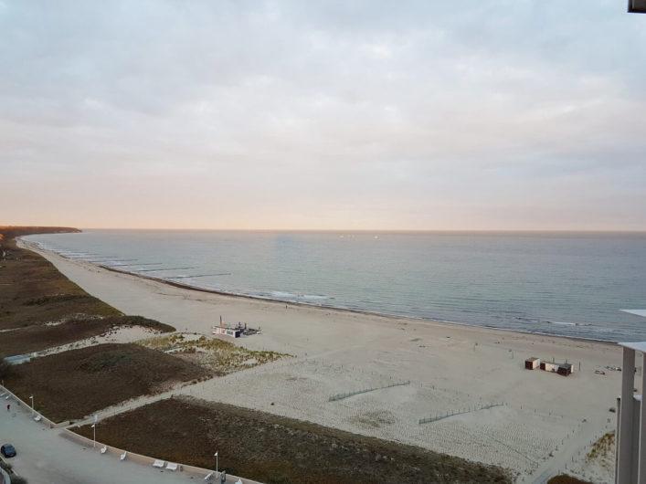 Ausblick vom Balkon des Hotel Neptun über den Strand und die Ostsee in Richtung Stolteraa