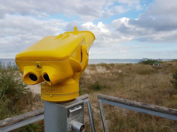 gelbes Fernrohr zwischen Promenade und Strand des Seebads Bansin