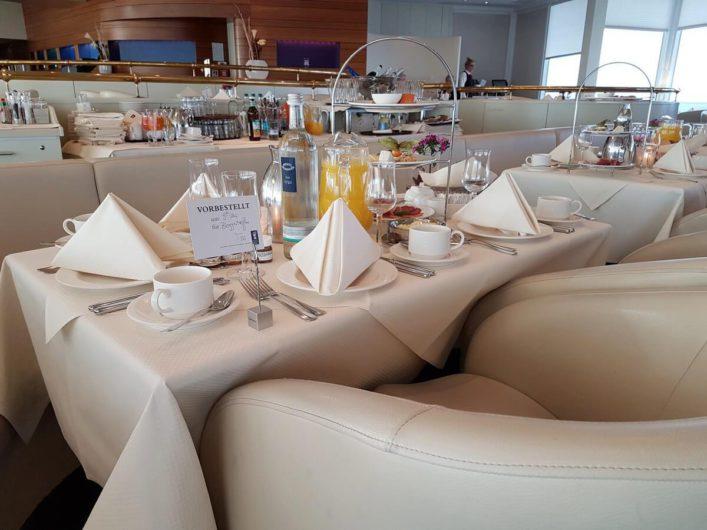 gedeckter Frühstückstisch in der Skybar des Hotel Neptun in Warnemünde