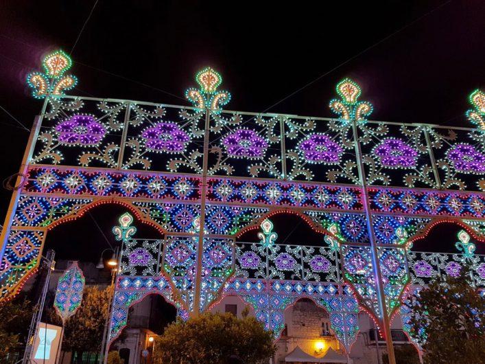 Festschmuck des Ortes zum Patronatsfest in San Michele Salentino