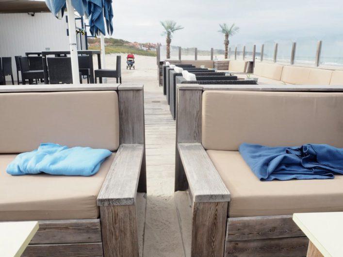 Sitzbereich der Strandbar Düne 13 in Warnemünde