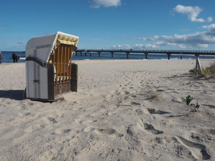 einsamer Strandkorb am Strand von Bansin