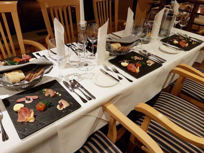 Vorspeisenteller auf dem gedeckten Tisch des Restaurants Genusshafen