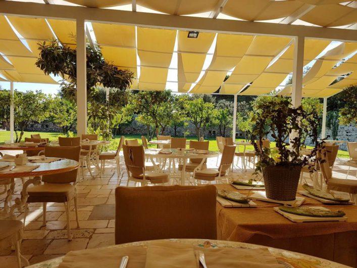gedeckter Tisch im Orangengarten der Tenuta Moreno