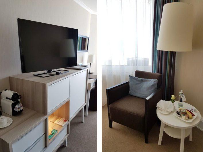 Sitzecke und Fernseher im Zimmer des Hotel Neptun in Warnemünde