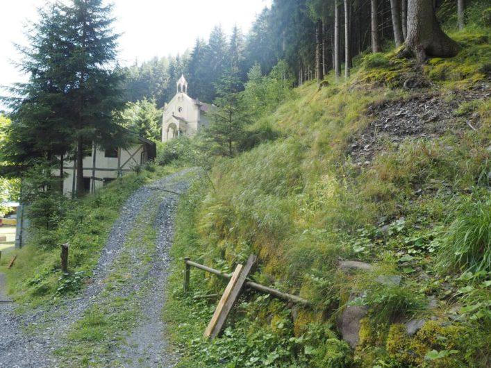 Blick auf die verlassenen Badhäuser in Bad Froy