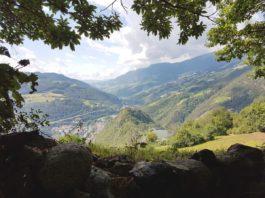 Blick vom Keschtnweg über Kloster Säben auf Klausen und das Eisacktal