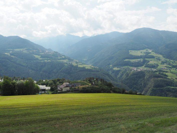 Blick vom Keschtnweg hinüber Richtung Villnösstal und Dolomiten