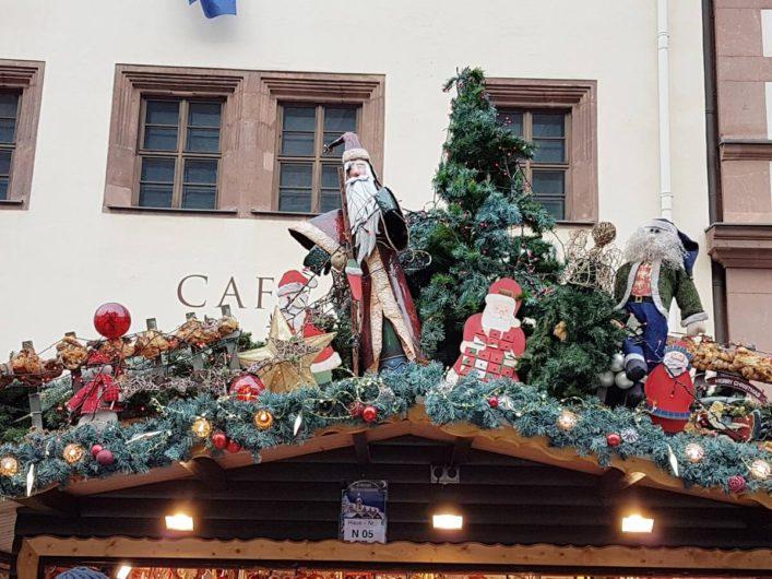 weihnachtliche Dekoration auf den Dächern der Stände des Leipziger Weihnachtsmarkts