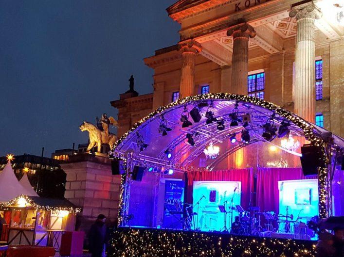 Bühne auf dem Weihnachtszauber am Gendarmenmarkt mit dem Schauspielhaus im Hintergrund