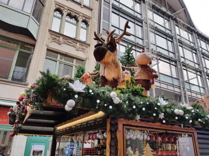 Elch als Dekoration auf dem Dach einer Bude auf dem Leipziger Weihnachtsmarkt