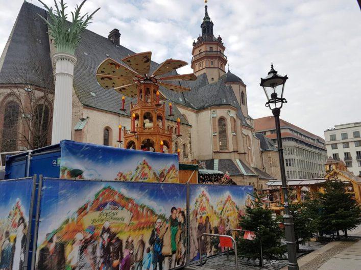 Weihnachtsmarkt vor der Nikolaikirche in Leipzig
