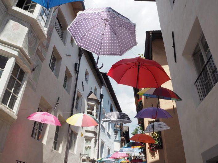 Schirme aufgespannt über die Gassen von Klausen