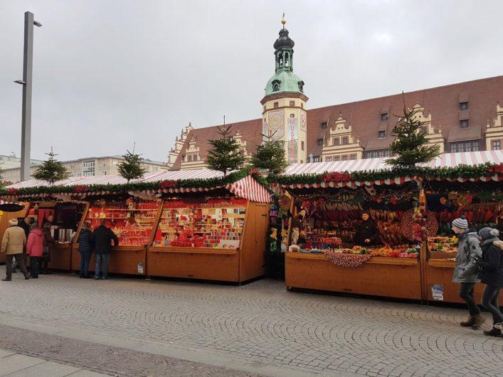 Weihnachtsmarktstände auf dem Marktplatz in Leipzig