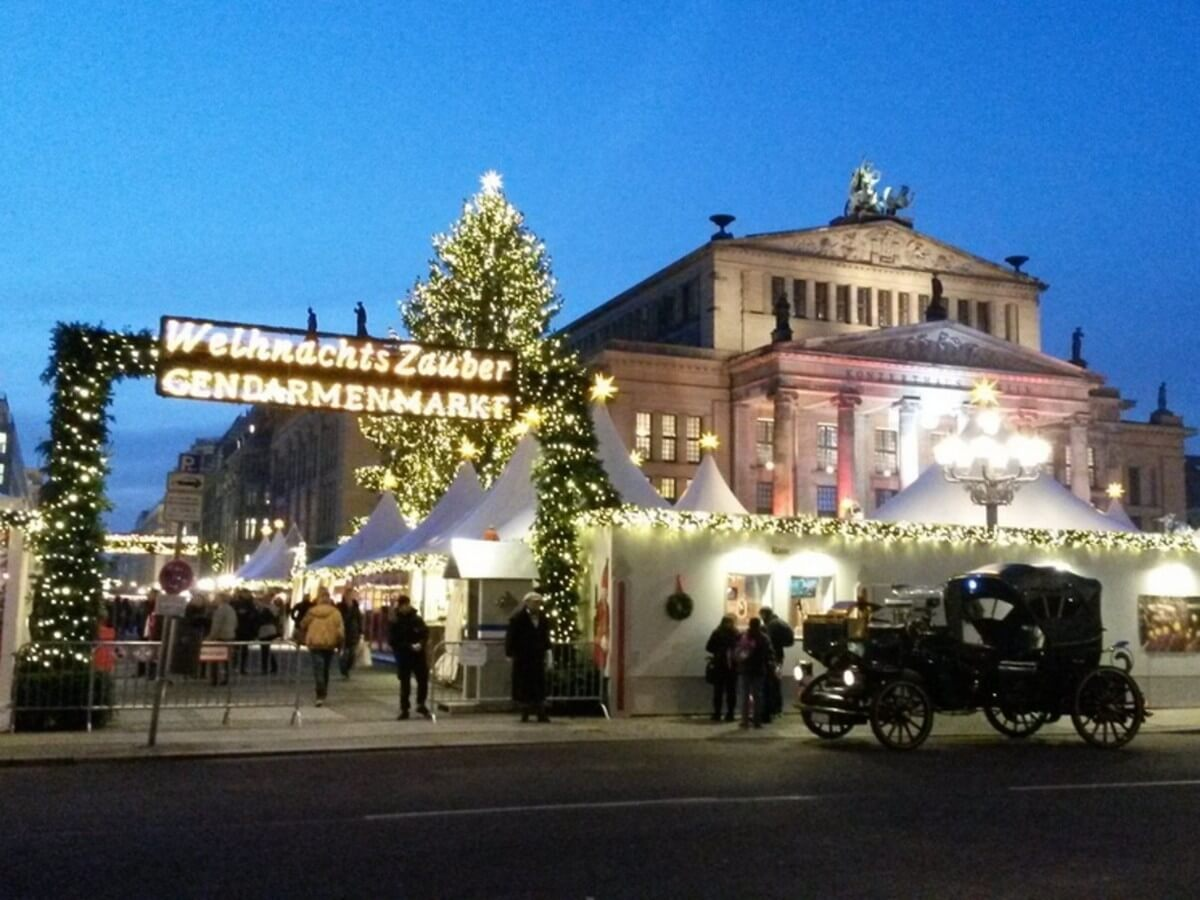 Eingang zum Weihnachtszauber am Gendarmenmarkt in Berlin