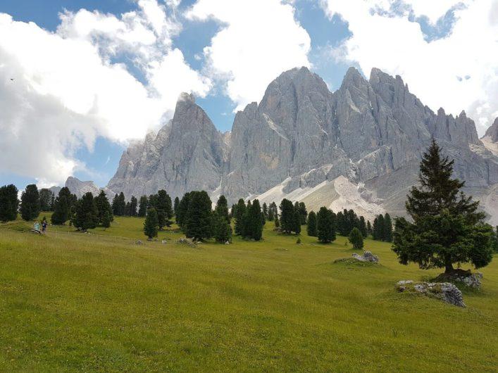 Blick auf die imposanten Geislerspitzen in den Dolomiten