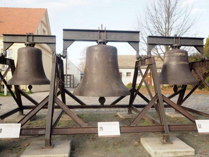 Glocken vor dem Eisenhüttenmuseum in Peitz