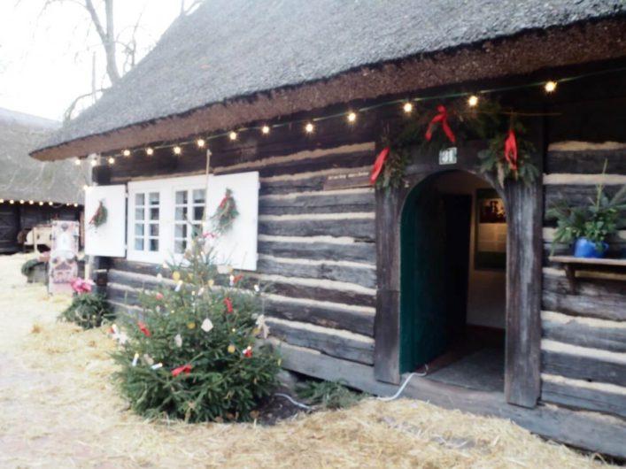 weihnachtlich geschmücktes historisches Bauernhaus im Freiluftmuseum Lehde