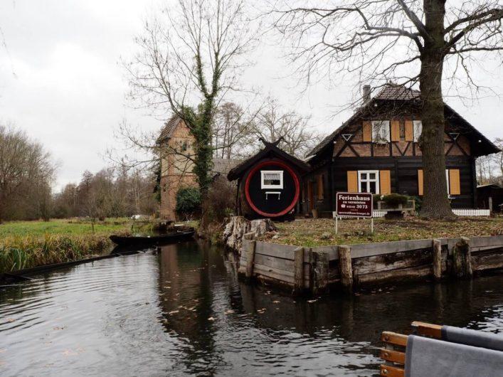 Haus mit Gurkenfass im Spreewald
