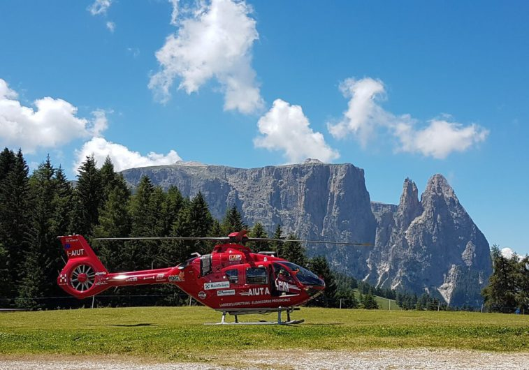Hubschrauber des Aiut Alpin vor der Kulisse des Schlern auf der Seiser Alm