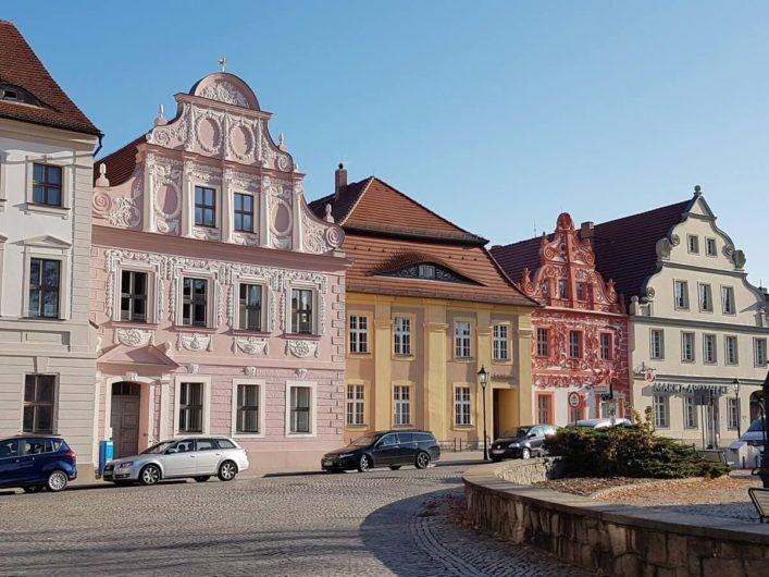 reich verzierte Häuser am Marktplatz in Luckau