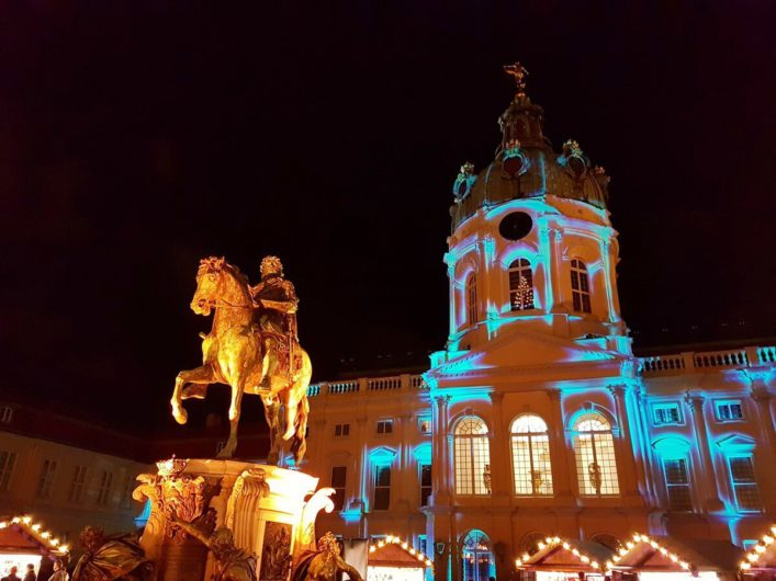 das illuminierte Schloss Charlottenburg als Kulisse für den Weihnachtsmarkt