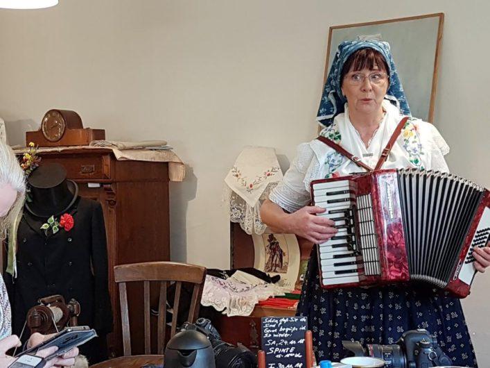 die Spreewald-Christl mit ihrer Ziehharmonika