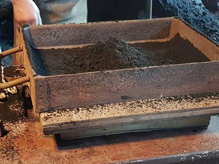 Kasten mit Sandgemisch für den Aluminiumguss