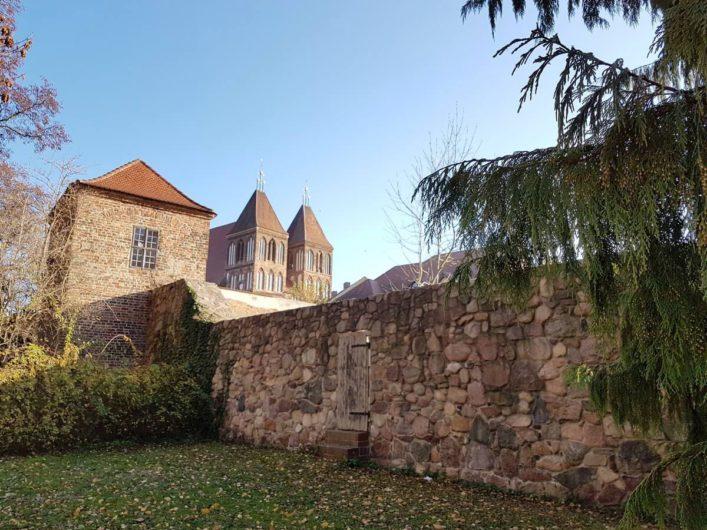 Stadtmauer in Luckau mit Blick auf St. Nikolai