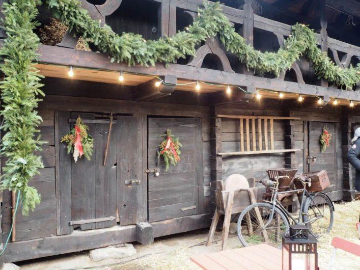 weihnachtlich dekoriertes Bauernhaus in Lehde