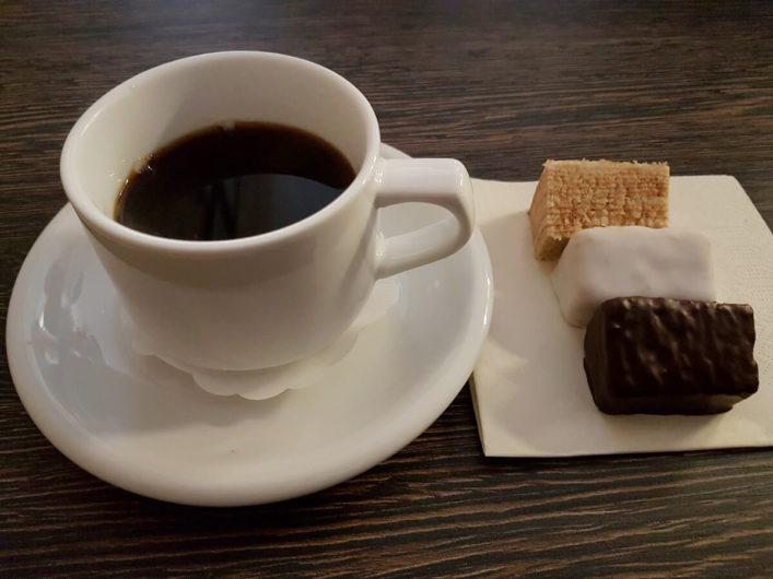 Tasse Kaffee und drei verschiedene Sorten Baumkuchen