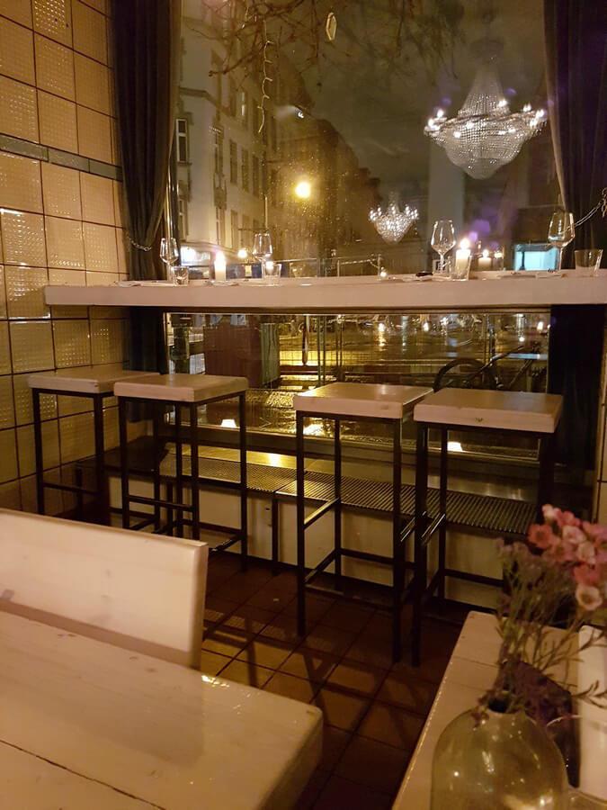 Blick auf die Fenstertische im Restaurant Fleischerei in Berlin
