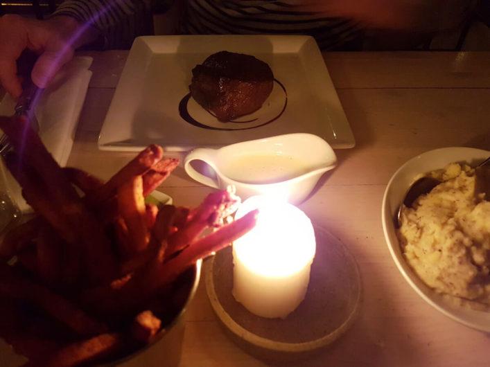 Filetsteak mit Süßkartoffelpommes und getrüffeltem Kartoffelpüree im Restaurant Fleischerei in Berlin