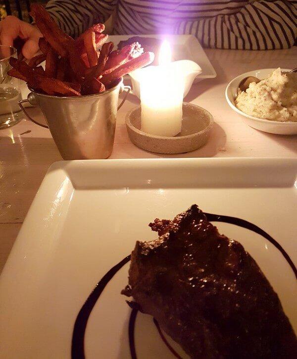 Filetsteak mit Beilagen im Restaurant Fleischerei in Berlin
