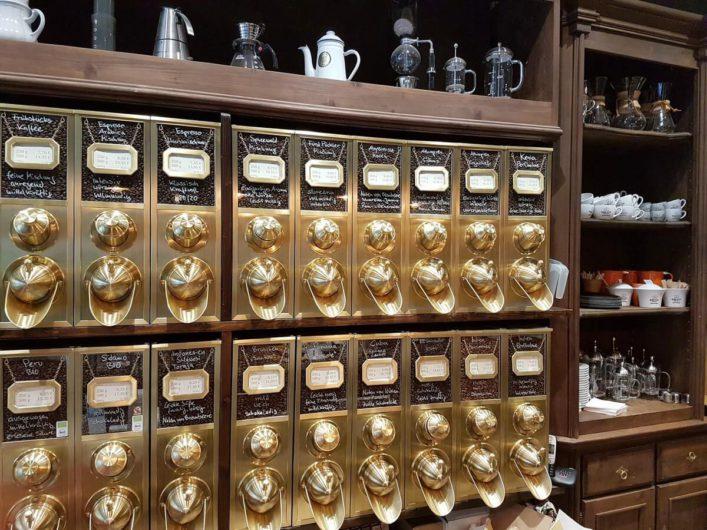 Kaffeebehälter in der Cottbuser Kaffeerösterei