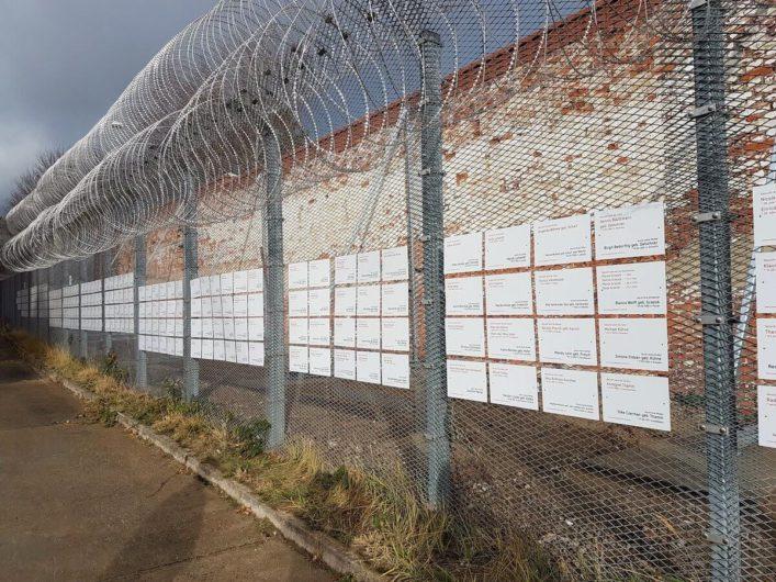 Suchschilder im Menschenrechtszentrum Cottbus