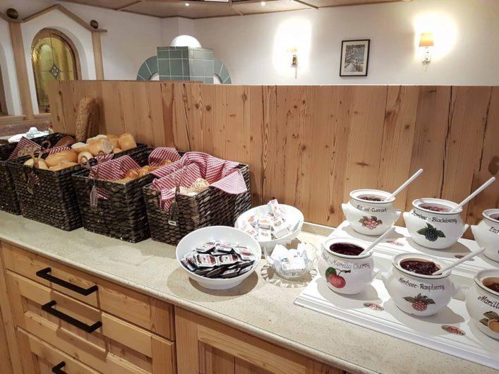 Brotauswahl und Marmeladen auf dem Frühstücksbuffet im Hotel Tirol