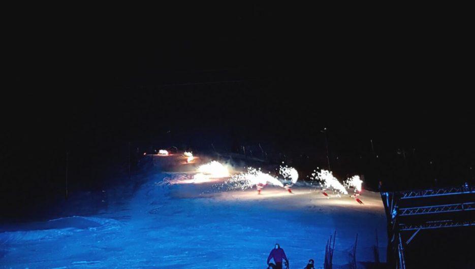 Skifahrer mit Fackeln beim Nightflow Fiss