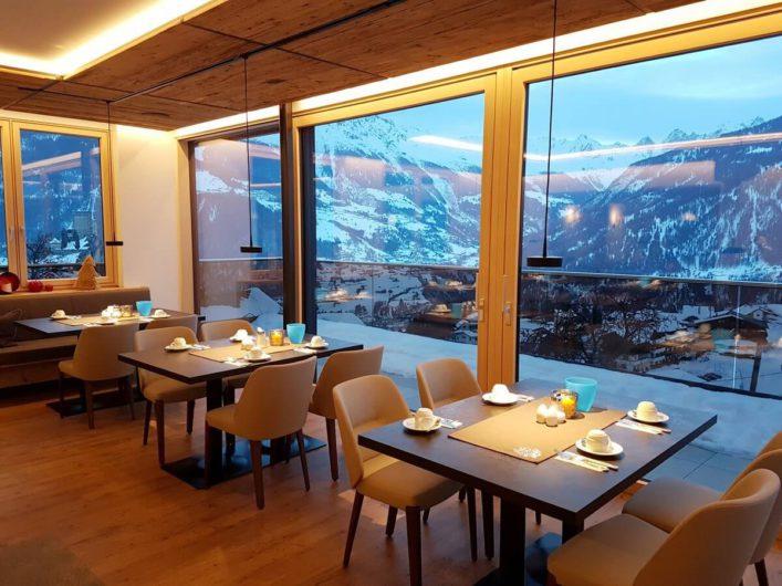 Frühstücksraum mit herrlicher Aussicht im Hotel Tirol