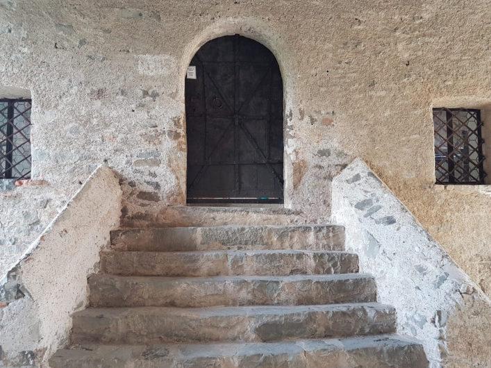 Eingang zu einer der vier Kirchen von Kloster Säben