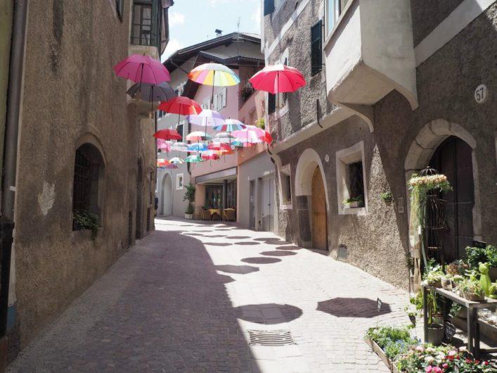 Gasse mit aufgehängten Schirmen in der Altstadt von Klausen
