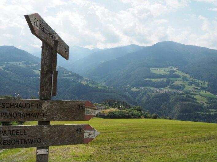 Wegweiser zum Keschtnweg von Feldthurns nach Klausen, eine leichte Wanderung im Eisacktal