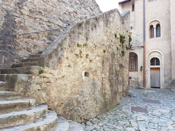 Weg zwischen den Gebäuden im Kloster Säben