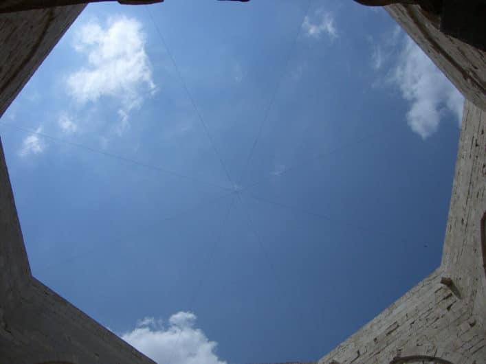 Blick zum Himmel auf das Achteck von Castel del Monte