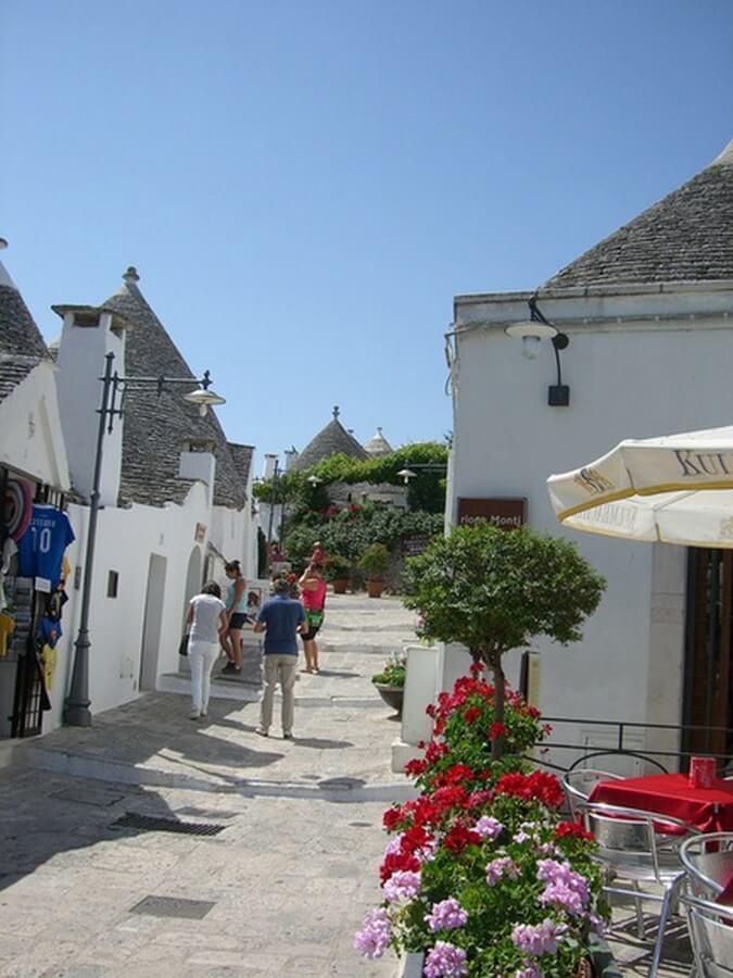 Straße zwischen den Trulli in Alberobello