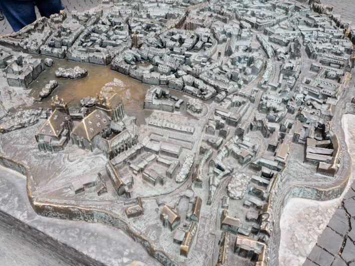 bronzene Stadtansicht der Erfurter Altstadt